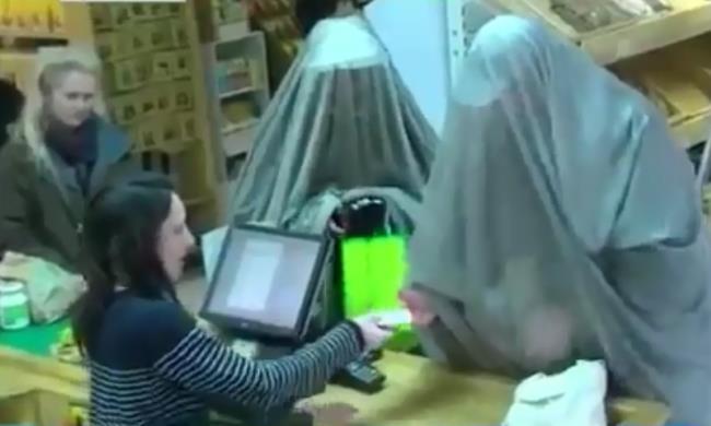 На иллюстрации - кадры из телерепортажа: Франция. Эти женщины закрываются не от чужих мужских глаз, а прячутся от электросмога. Они проживают в 100 километрах от Лиона и выходят только в специальной «парандже» от излучения. Здесь они делают покупки в местном супермаркете.